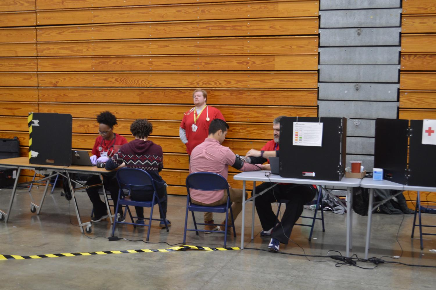 Students+are+getting+their+blood+pressure+taken+so+that+they+can+donate+blood.